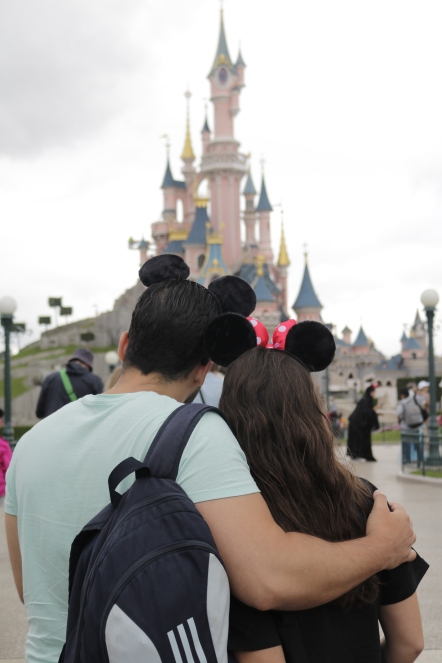disneyland-love-couple